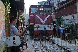 Cafe đường tàu vẫn đông khách sau khi bị quyết định xóa sổ khỏi Hà Nội