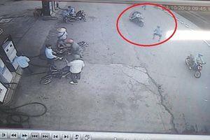 Thanh niên bị cô gái đâm thủng phổi khi truy cản băng cướp giật tài sản