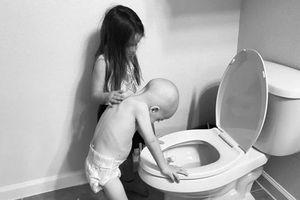 Hàng triệu người bật khóc trước hình ảnh chị gái 5 tuổi chăm em trai 4 tuổi bị ung thư