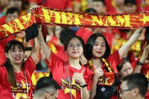CĐV Việt Nam 'nhuộm đỏ' sân Mỹ Đình trước trận gặp Malaysia