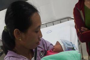 Quảng Nam: Bé trai khoảng 1 tuần tuổi bị bỏ rơi ở cống chui cùng bình sữa còn nóng