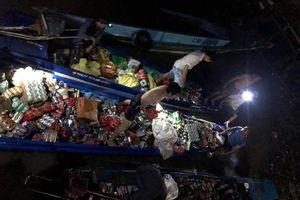 Tàu hàng bị chìm, dân Cà Mau tập trung cứu giúp