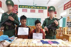 Bắt 2 người vận chuyển 100.000 viên ma túy vào Việt Nam