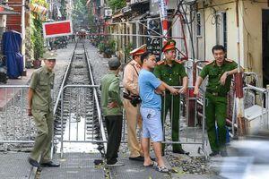 Xóm cà phê đường tàu Phùng Hưng vắng hoe ngày bị đóng cửa