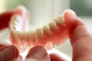 Gắp hàm răng giả ra khỏi dạ dày một phụ nữ ở Phú Quốc