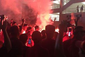 Pháo sáng được đốt ngay ngoài sân Mỹ Đình sau trận Việt Nam - Malaysia