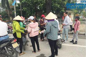 Trước trận Việt Nam- Malaysia: Chợ đen vẫn tấp nập cò kè, vé dạng 'giấy mời' hét giá 3,5 triệu đồng/cặp