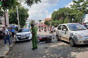 Tài xế ô tô bất ngờ mở cửa, người phụ nữ đi xe máy gặp nạn