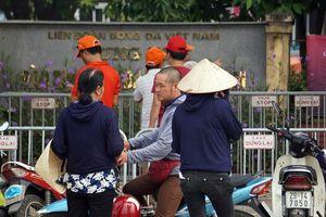 Vài tiếng trước trận Việt Nam-Malaysia, vé 'chợ đen' vẫn bị hét giá tiền triệu