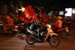 Cổ động viên đổ về Hồ Gươm ăn mừng tuyển Việt Nam thắng Malaysia