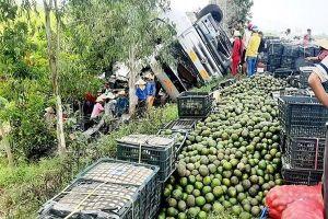 Xe tải chao đảo rồi lật chỏng vó ở Quảng Ngãi, dân xúm lại giúp tài xế