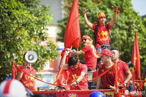 Hàng nghìn cổ động viên Việt Nam 'nhuộm đỏ' phố phường Thủ đô trước giờ bóng lăn