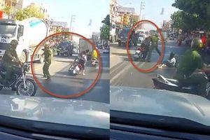 Clip gã trai đầu trần chở bạn gái bị đánh ngã vì lao xe vào CSTT để bỏ chạy