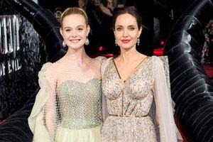 Hơn Elle Fanning 23 tuổi, Angelina Jolie vẫn khoe sắc vóc 'nữ hoàng' khó ai bì kịp