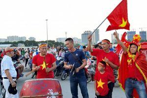 Không khí cổ vũ sôi động trước trận Việt Nam - Malaysia khắp sân vận động Mỹ Đình