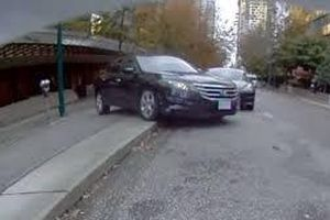 Chủ xe lóng ngóng đỗ, Honda Accord lật 'trắng bụng'