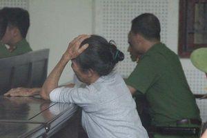Người mẹ già khóc nghẹn suốt phiên tòa xét xử con trai