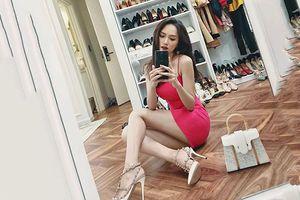 Đâu chỉ mỗi trang phục, Hương Giang - Mâu Thủy còn có bí quyết kéo dài chân cực đơn giản