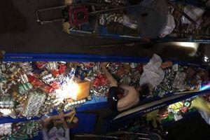 Nhiều người 'liều mình' dưới dòng nước xiết cứu vỏ lãi chở hàng hóa bị chìm
