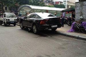 Ô tô hạng sang Volvo lao từ hầm xe ra gây tai nạn