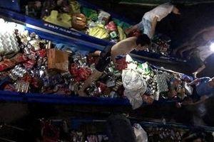 Gần 30 người cứu hàng hóa vỏ lãi bị chìm trong đêm