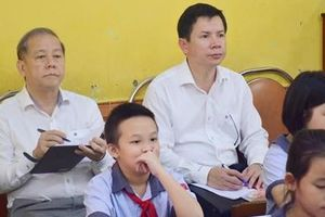 Khi Chủ tịch tỉnh dự giờ tiết học đạo đức với các em học sinh