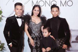 Khánh Thi - Phan Hiển và con trai mặc đồ đen đồng điệu đi xem thời trang