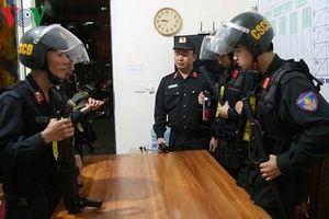 Trinh sát mật phục tuần tra bảo vệ an toàn trận đấu Việt Nam-Malaysia