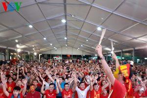 Cổ động viên TP HCM hồ hởi với chiến thắng quan trọng của ĐT Việt Nam