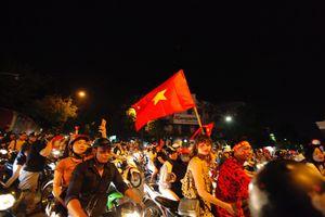 Hàng nghìn cổ động viên đổ ra đường reo hò mừng chiến thắng của tuyển Việt Nam