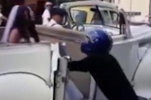 Thanh niên chặn xe hoa ngăn cô dâu đi lấy chồng