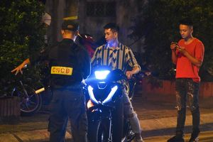 Không đội mũ bảo hiểm khi đi ăn mừng chiến thắng của tuyển Việt Nam