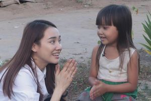 Nhã Phương chơi đùa với trẻ em nghèo ở Tây Nguyên