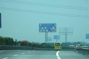 Bầu trời miền Tây đi qua cao tốc TP HCM - Trung Lương trắng đục