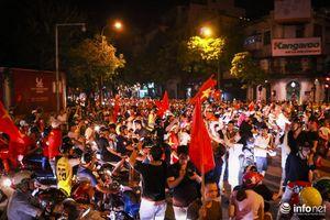 Người dân Thủ đô xuống đường 'đi bão' ăn mừng tuyển Việt Nam chiến thắng