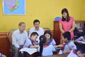 Chủ tịch UBND tỉnh Thừa Thiên-Huế học Đạo đức với học sinh tiểu học