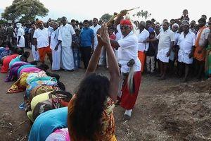 Thiếu nữ Ấn Độ xếp hàng chịu đòn roi để trừ tà chữa bệnh