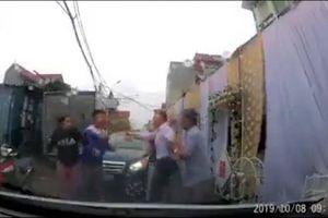 Người phụ nữ bị đấm vào mặt vì thắc mắc rạp cưới dựng giữa đường