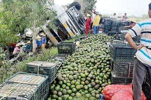Xe tải chở hàng tấn trái cây bị lật, người dân cùng nhau thu gom giúp tài xế