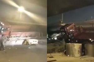 Cầu vượt cao tốc bị sập, hàng loạt ôtô bị nghiền nát
