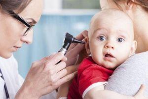 Làm sạch tai đúng cách cho trẻ