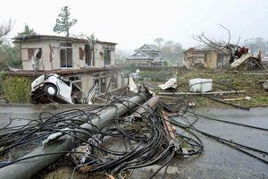 Siêu bão Hagibis tấn công Nhật, xé toạc nhà cửa, cuốn trôi người