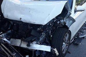 Xe Mercedes S450 nát đầu khi bất ngờ tông đuôi xe buýt