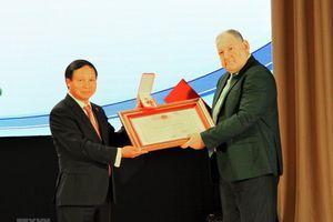 Trao Huân chương hữu nghị tặng Đại học tổng hợp Quốc gia Pyatigorsk