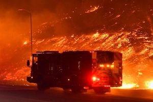 Biển lửa bao trùm phía Bắc Los Angeles, 100 nghìn người phải di tản