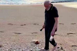 Thủ tướng Ấn Độ nhặt rác trên bãi biển