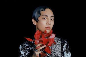 Ca sĩ đồng tính Hàn Quốc diện đồ lạ, gây tranh cãi với bộ ảnh tạp chí