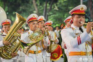 Người dân say sưa trong tiếng nhạc của dàn kèn công an trên phố đi bộ Hà Nội