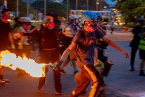 Tình hình Hồng Kông: Người biểu tình ném chai cháy trong ga tàu điện ngầm