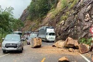 Đá rơi ầm ầm xuống đường, quốc lộ 27C từ Nha Trang đi Đà Lạt ùn tắc dài